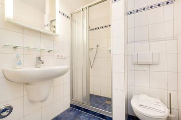 Das schöne Bad mit Dusche und WC.
