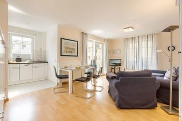Das schöne helle Wohnzimmer wurde 2015 renoviert und neu möbliert.