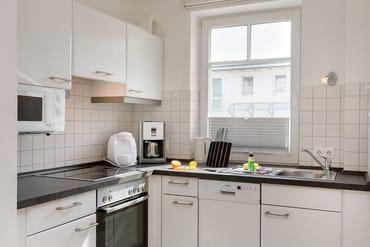 Die Küchenzeile ist mit Geschirrspüler, Backofen etc. komplett ausgestattet.
