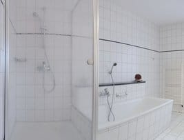 Dusche und Wanne