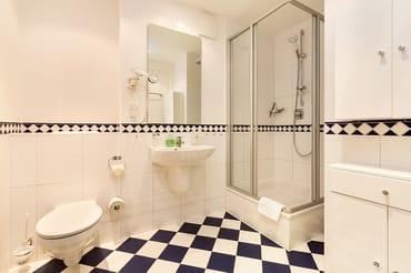 Das schöne Bad bietet Dusche und WC.