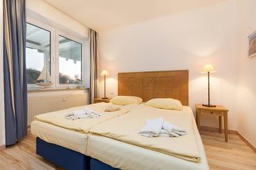 Das Schlafzimmer hat ein Doppelbett und ein zweites TV-Gerät. Beide TV-Geräte in der Fewo haben Ultra-HD-Auflösung und HbbTV, so daß man auf Ihnen auch im Internet surfen kann.