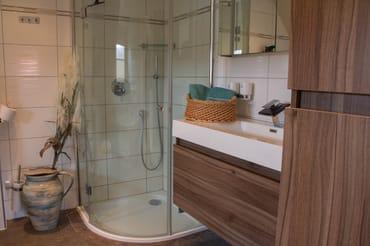 Bad mit Dusche und Whirlpoolwanne