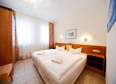 Das Schlafzimmer mit großem Kleiderschrank ...