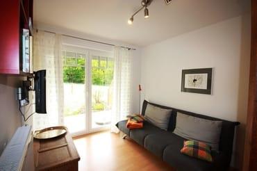 2. Schlafzimmer mit Schlafsofa und Fernseher
