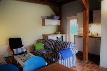 Blick in den Wohn-/Essraum mit offener Küche