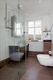 Das luxuriöse Badezimmer ist mit einer vollwertigen Echtglas-Dusche ausgestattet.