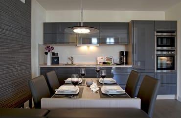 Das Wohnzimmer ist mit einer modernen Einbauküche der Firma Nolte ausgestattet, die alle Extras auffährt, die das Kochherz begehrt.