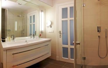 Ein luxuriöses Badezimmer rundet mit einem großen und modern designten Waschtisch ...