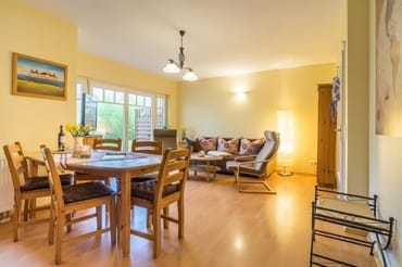Der kombinierte Wohn- und Essbereich überzeugt mit Relaxsofa auf dem zwei weitere Personen bequem übernachten können, Flat TV, DVD Player.