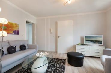 Das kleine, schicke Wohnzimmer bietet Flat-TV, DVD-Player und Radio.