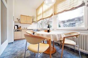 Die Küche befindet sich im geschlossenen Balkon.