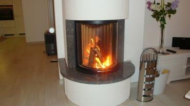 Ein Glas guten Rotweins oder Grog am lodernden Kamin - wärmt Sie auch an kühleren Tagen