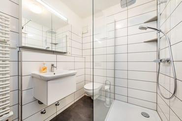 Das Bad wurde 2018 saniert und bietet nun WC und Echtglasdusche.