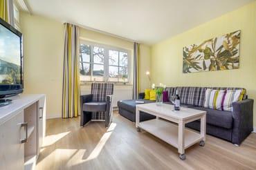 Das schöne Wohnzimmer mit bequemem Sitzbereich.