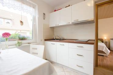 Küche mit Kühlschrank, Geschirrspüler,  Mikrowelle mit Grill