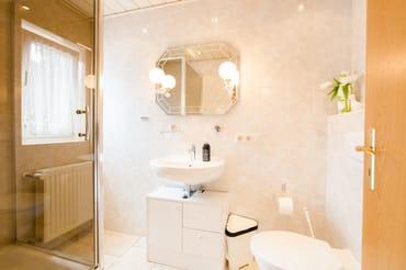 Das Bad mit Dusche und Föhn