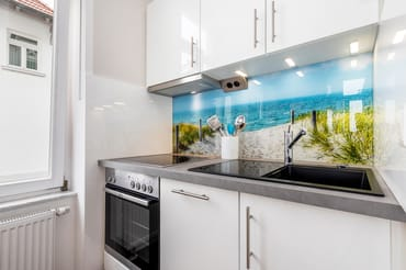 Die Küche ist mit Backofen, Geschirrspüler etc. ausgestattet.