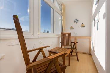 Die Loggia ist sonnig nach Süden gelegen. Zudem ist von Mai - September ein Strandkorb am Strand kostenfrei für Sie reserviert.