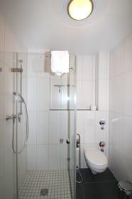 Bad mit ebenerdiger Dusche inneliegend