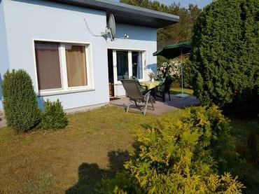 Haus mit Terrasse und Wiese