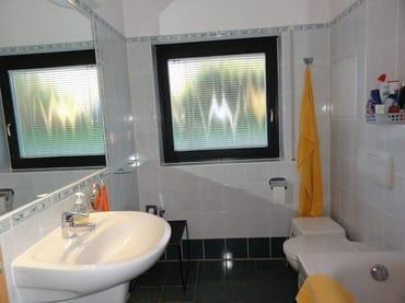 Großes  Bad mit Wanne und Duschabtrennung