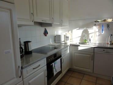 voll ausgestattete Küche mit Cerankochfeld , Microwelle und Kühlschrank mit Tiefkühlfach