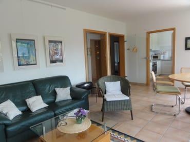 Wohnzimmer mit Blick zur Küche und Flur