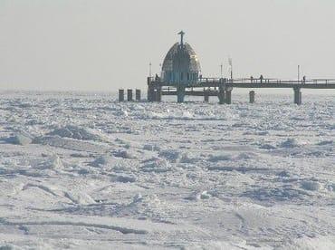 Seebrücke und Tauchgondel im Winter