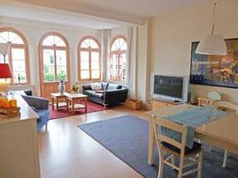 Wohnzimmer mit Blick in Richtung Terrassentür