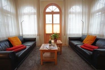 gemütliche Sitzecke mit Blick in Richtung Terrasse