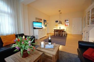 Wohnzimmer mit Flachbildfernseher,Couch & Esstisch