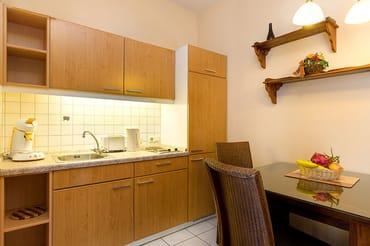 Die neue Küchenzeile bietet nun Geschirrspüler, Backofen, 2-Platten-Cerankochfeld, Kühlschrank mit Eisfach etc. Hier im Bild noch die alte Küche.