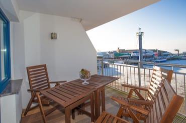 Balkon mit direkten Blick auf den Wieker Hafen