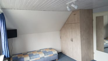 Schlafzimmer mit 24-Zoll Fernseher