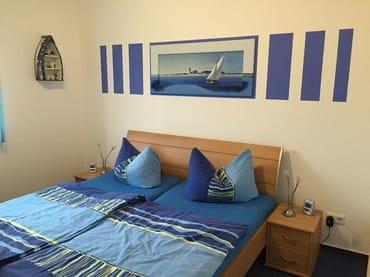 12 qm großes Schlafzimmer mit 1,80 m x 2,00 m großem Doppelbett und TV und DVD-Spieler