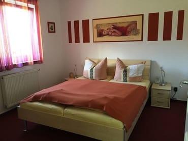 11 qm großes Schlafzimmer mit 1,60 m x 2,00 m großen Doppelbett