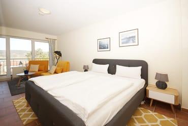 Schlafzimmer 2 zum Schloonsee mit Doppelbett