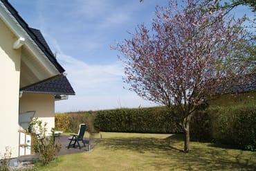 Terrasse mit Strandkorb und Rasenfläsche (Kamin nicht mehr vorhanden)
