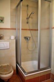 Badezimmer mit Dusche, Fußbodenheizung  und Fenster