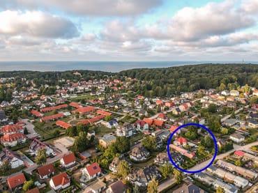 Luftaufnahme mit Blick über Koserow auf die Ostsee.