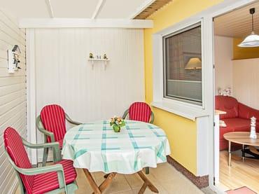 Terrasse mit Sitzbereich.
