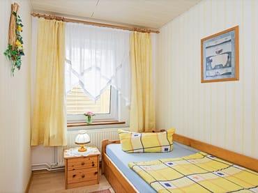 Schlafzimmer mit Einzelbett.