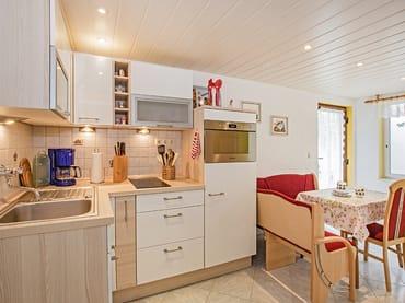 Küche mit Blick auf den Essbereich.