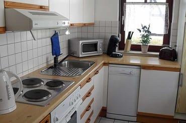 separate Küche mit Geschirrspülmaschine ...