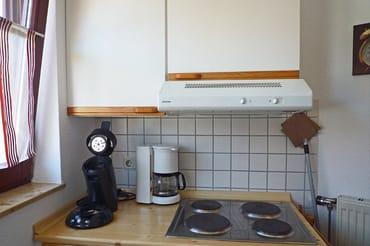 komplett eingerichtete separate Küche mit Spüle