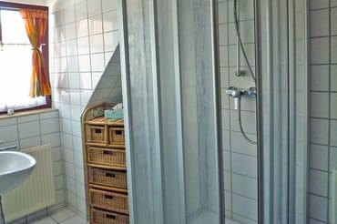 Badezimmer mit Dusche und Fenster