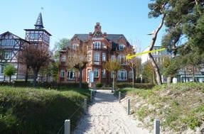 """Die Villa Glückspilz ist eine besondere Perle am binzer Strand. Der Pfeil zeigt auf die Fewo """"Sorrent""""."""