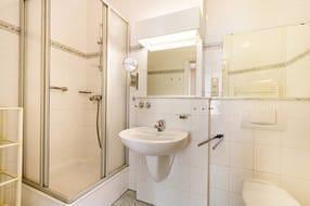 Das schöne Bad hat Dusche, WC und Waschbecken. Hausgäste können eine Sauna im Souterrain gegen geringes Entgeld nutzen.
