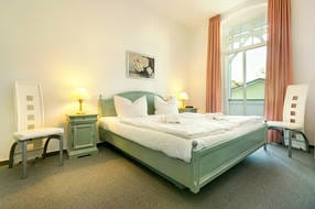 Hier ein Blick in das Schlafzimmer mit großem Kleiderschrank und Austritt zum Balkon.